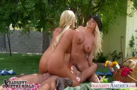 Скриншот Миленькие блондиночки классно вписываются в порнуху №3506 4