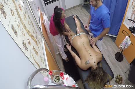 Скриншот Жопастая телочка решила перепихнуться на сеансе массажа №2780 3