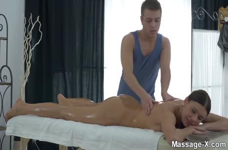 Скриншот Классный секс во время массажа понравился девочке №3687 1