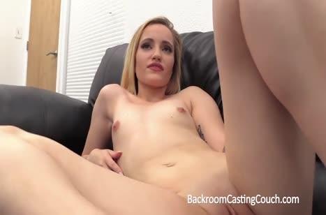 Скриншот Симпатичные телочки с пробуют себя на порно кастинге №758 3