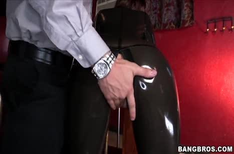 Скриншот Красотка одела резиновый костюм и возбудила друга №4693 4